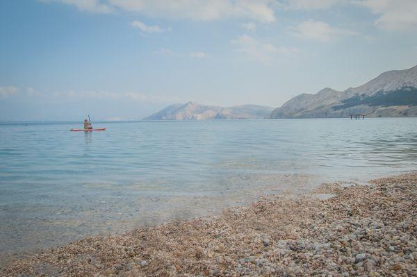 plaża Vela w miejscowości Baška na wyspie Krk w oddali widok na chorwacką wyspę   Prvić