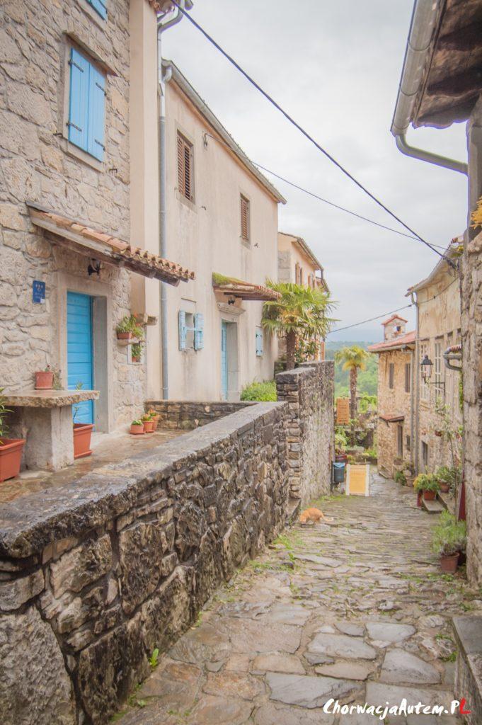 Hum najmniejsze miasto na Istrii, główna ulica