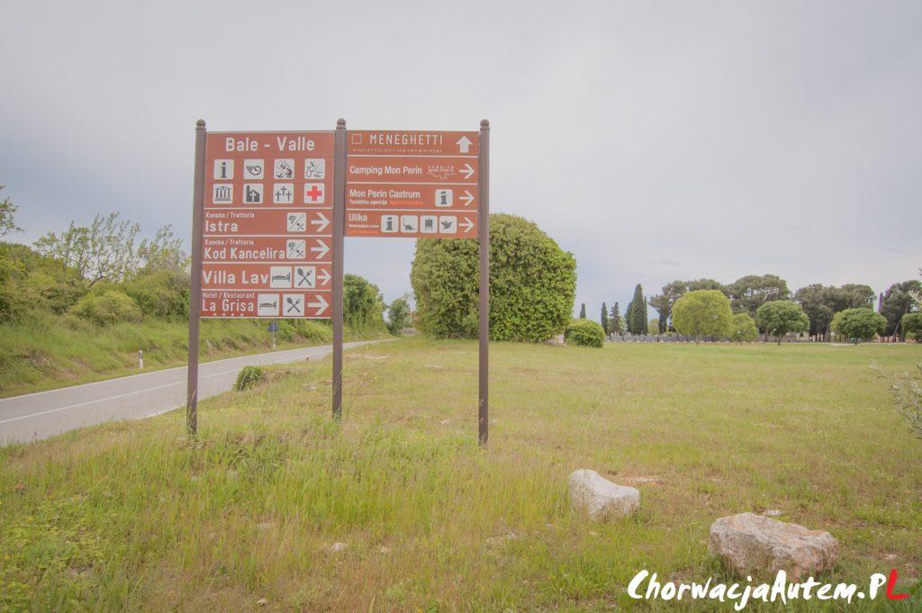 Bale Valle, kierunkowskaz przy wjeździe do miasta, Istria