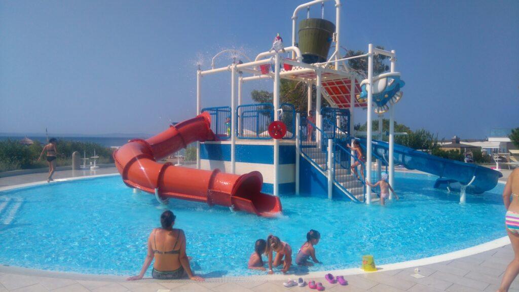 Zaton Holiday Resort baseny, koło wyspy Vir